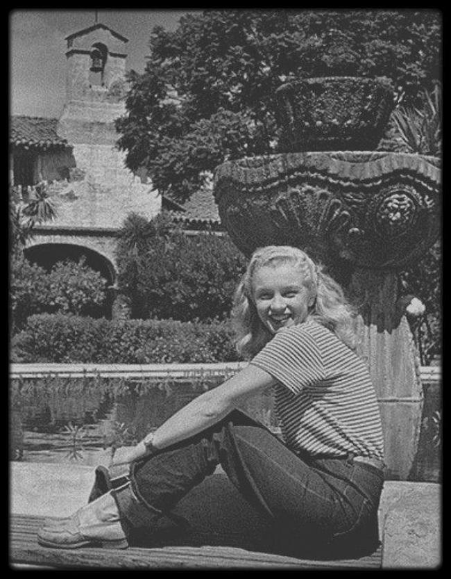 1945 / Candids d'Andre DE DIENES. Le photographe retrouve la jeune Norma Jeane,  désormais blonde.