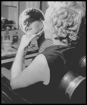 1952 / Marilyn dans les studios de la Fox, département costumes, se préparant pour une session photos avec Philippe HALSMAN... Elle emprunte une robe blanche et fera la cover du magazine LIFE en Avril 1952 avec une photo de la session du photographe.