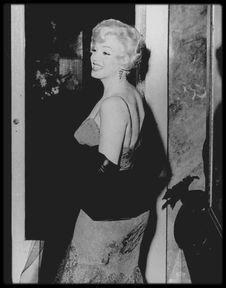 """10 Juillet 1958 / Marilyn assiste à la Première de la pièce de théâtre """"Gigi"""", au """"Paramount Theater"""" sur Hollywood boulevard."""