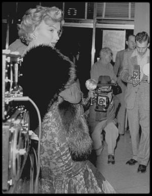 """4 Avril 1952 / Marilyn se rend à la Première du film """"Don't bother to knock"""". Puis elle se rend à la boutique """"Owl Drug Store"""" de Los Angeles. Cette promotion a été lancée par le magazine """"Life"""", afin que Marilyn puisse signer le magazine dont elle fait la couverture pour l'édition du 7 avril."""