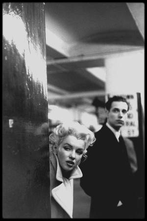 "1955 / Photos Ed FEINGERSH, Au fait de sa notoriété, Marilyn incognito dans le métro à la station ""Grand Central"" direction ""Updown"" de New-York."