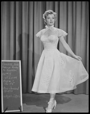 """1952 / Marilyn lors du tournage du film """"We're not married"""" (Cinq mariages à l'essai) où elle joue le rôle d'une miss. Compilation de sketchs dans laquelle, selon le scénariste Nunnally JOHNSON, le rôle tenu par Marilyn - celui d'une participante à un concours de beauté qui découvre qu'elle ne peut concourir à l'élection  de Miss Amérique parce que son mariage n'est pas techniquement valide - fut crée uniquement parce qu'il permettait de montrer à l'écran la starlette dans deux maillots de bain successifs.Ce fut l'un des principaux films dans lesquels on glissa Marilyn pour profiter de sa popularité grandissante, alors que la Fox n'était pas prête à lui confier son premier rôle."""