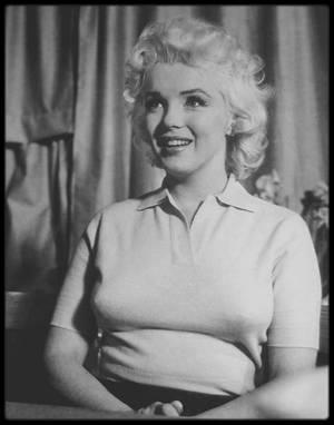 8 Avril 1955 / Marilyn participa à une émission de télévision en direct  « Person to person », animée par Edward R. MURROW sur CBS. L'émission avait été soigneusement préparée pendant des semaines de travail intense, en dépit de l'ambiance décontractée qui semblait régner sur le plateau. Le tournage eut lieu chez les GREENE dans leur maison de Weston, Connecticut. Marilyn traversa une crise d'angoisse avant l'émission, car elle pensait que son maquillage trop léger et ses vêtements trop  simples la faisaient paraître insignifiante à côté d'Amy GREENE. Marilyn fut nerveuse pendant le tournage et ne fut pas satisfaite du résultat. Au cours de cette émission, Marilyn rendit hommage à tous ceux qui l'avait aidé dans sa carrière, notamment John HUSTON, Billy WILDER, Natasha LYTESS et Michaël TCHEKHOV.