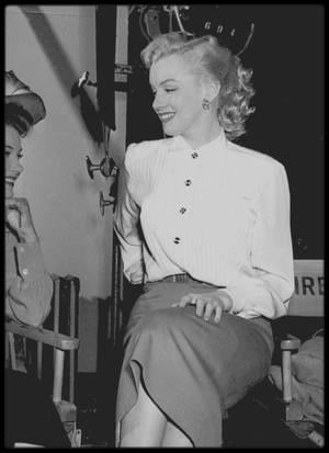 """1950 / Marilyn sur le plateau du tournage du film """"All about Eve"""" (Eve) notamment avec Joseph L MANKIEWICZ et Anne BAXTER, l'héroïne du film."""