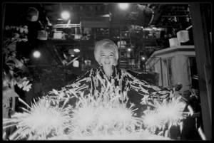 """1er Juin 1962 / Marilyn fêta son trente-sixième anniversaire au studio, sur le plateau du film """"Something's got to give"""". Elle commença tôt ce jour-là et tourna la scène avec Wally COX et Dean MARTIN. Pat NEWCOMB arriva au studio dans l'après-midi avec du Dom Pérignon, le champagne préféré de Marilyn. Dean MARTIN avait lui aussi apporté du champagne. Evelyn MORIARTY, la doublure de Marilyn, avait collecté auprès de l'équipe 50 $ pour le gâteau, acheté chez """"Humphrey's Bakery"""" du """"Farmer's Market"""" d'Hollywood ; finalement l'un des responsables du studio proposa de prendre en charge la dépense et Evelyn MORIARTY remboursa l'argent qu'elle avait rassemblé. Toute l'équipe était là pour fêter son anniversaire y compris Henry WEINSTEIN et Eunice MURRAY (sa femme de chambre). Le photographe George BARRIS était également présent. George CUKOR lui offrit des figurines (un cygne et un taureau) de style mexicain. Marilyn était ravie de cette fête impromptue, qui se termina vers 18 heures 30."""