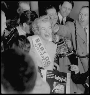 """4 Décembre 1956 / Marilyn se rend à l""""Actors Studio"""" afin de faire la promotion de la pièce """"Baby doll"""" dont les bénéfices iront à la célèbre école ; pour ce faire, elle joue un temps les ouvreuses devant un parterre de journalistes et diverses personnalités."""