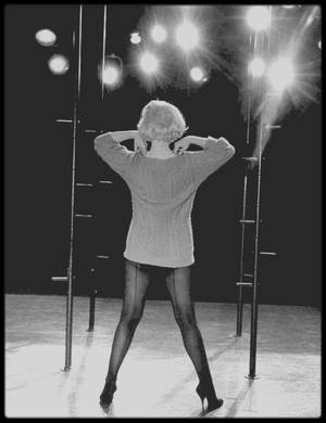 """1960 / Marilyn répétant le numéro musical où elle interprête la célèbre chanson """"My heart belongs to daddy"""" dans le film """"Let's make love""""."""
