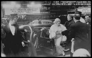 """29 Mars 1959 / Première et sortie du film """"Some like it hot"""" ; les MILLER assistent à la Première au """"Lowe's Capitol Theater"""" à New York. Pour fêter la sortie du film, les STRASBERG donnèrent une réception dans leur appartement."""