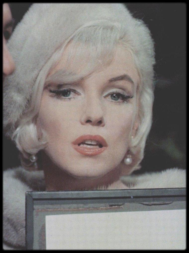 """1962 / Gros plans sur Marilyn lors du tournage du film inachevé """"Something's got to give"""" / """"Something's got to give"""" est en général traduit par « Quelque chose doit craquer ». George CUKOR, qui avait déjà fait tourner Marilyn dans """"Le Milliardaire"""" deux ans plus tôt et qui avait à cette occasion vécu une mauvaise expérience, n'a accepté qu'à contre-c½ur de réaliser le film. Sur trente jours de tournage, Marilyn n'a été présente que treize jours. La Fox, à bout, l'a alors congédiée. Kim NOVAK et Shirley MacLAINE ont rejeté l'offre de succéder à Marilyn. Lee REMICK a accepté le rôle d'Ellen et Dean MARTIN s'est ainsi retiré de la production. Comme on allait l'accuser de faire perdre leur place de travail à une centaine de personnes et comme elle pressentait une menace sur sa carrière, Marilyn a lancé une campagne de relations publiques au travers d'interviews dans de nombreux magazines et de nouvelles photos et, à la suite de ce fort impact, la Fox lui a proposé une renégociation du contrat afin de pouvoir finaliser le film. Marilyn est décédée dans la nuit du 4 au 5 août 1962. Longtemps Hollywood a montré des chambres de couples mariés où le centre d'intérêt moral résidait en réalité dans cette sempiternelle table de chevet séparant les deux lits simples des époux. Ici, dans ce film qui aborde le sexualité de manière subtile, cela n'est pas le cas : les (nouveaux) époux ARDEN partagent un grand lit, dit « français » ou """"king size"""". Dans les archives de la Fox, environ 500 minutes de film ont été retrouvées qui ont permis la production d'un """"Something's got to give"""" de 37 minutes dans l'émission de télévision """"Marilyn MONROE - The final days"""" et commercialisées en DVD, en France, avec pour titre """"Les derniers jours"""". La réalisation finale en 2001 du film inachevé est dédiée à Marilyn MONROE (1926-1962), Dean MARTIN (1917-1995) et George CUKOR (1899-1983)."""