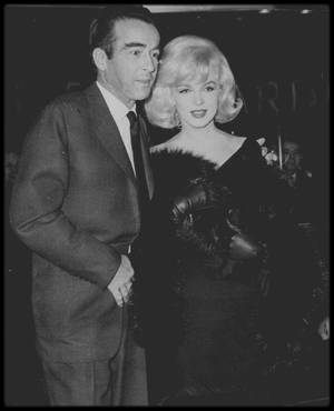 """31 Janvier 1961 / Marilyn assista à une projection en avant-première de «The Misfits » avec Montgomery CLIFT, au """"Capitol  Theater"""", sur Broadway. Arthur MILLER était également présent, accompagné de ses deux enfants, Jane et Robert, mais ils s'évitèrent soigneusement. La projection fut un moment douloureux pour elle. Une fois les lumières rallumées, elle quitta la salle. A New York, MILLER rencontra Inge MORATH, la photographe de l'agence """"Magnum"""", qui était sur le plateau de « The Misfits », la première semaine du tournage. Sur la suggestion de celle-ci, MILLER s'installa au """"Chelsea Hotel"""", où la photographe préférait séjourner."""