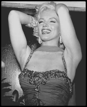 """10 Juillet 1953 / Marilyn participe à une action caritative au """"Hollywood Bowl"""" le 10 juillet 1953 dont les bénéfices seront reversés à l'hôpital pour enfants """"Saint Jude"""". Marilyn est accompagnée de l'acteur Robert MITCHUM (son partenaire dans """"La rivière sans retour"""") ; ensuite elle retrouve l'acteur de sitcom Danny THOMAS sur scène pour coanimer la soirée, puis elle pose pour les photographes dans les coulisses aux côtés du chanteur et acteur Danny KAYE, l'acteur Red BUTTONS, le photographe Bruno BERNARD et le quatuor chanteurs les """"AMES Brothers"""", entre autres..."""