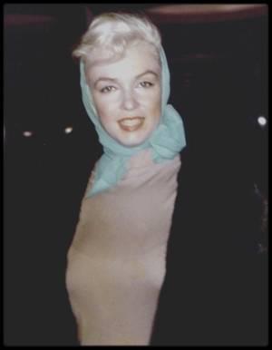11 Novembre 1960 / ANNONCE DIVORCE AVEC ARTHUR MILLER / La séparation fut annoncée par Pat NEWCOMB dans le vestibule de l'appartement New-Yorkais de Marilyn. Elle expliqua aux journalistes que Marilyn n'avait pas engagé d'avocat et qu'elle ne projetait pas de le faire. Elle déclara également qu'il n'y avait pas de projet immédiat de divorce. En fait les affaires de Marilyn étaient entre les mains des avocats de MILLER depuis quatre ans ; elle devait donc trouver elle-même un avocat et choisira Aaron FROSCH, un avocat New-Yorkais ayant de nombreux clients dans le show-business. Marilyn posa pour des photos en vue du lancement de «The Misfits ». Pat NEWCOMB proposa de fixer la date du divorce au vendredi 20 janvier 1961, car ce jour là devait se dérouler la cérémonie d'investiture de John FITZGERALD KENNEDY à la présidence ; les médias seraient donc monopolisés par cet événement.
