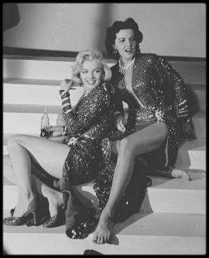 """1953 / Photos Edward CLARK, Marilyn et Jane RUSSELL en pleine répétition du numéro musical où elles interprètent """"Two little girls from little rock"""" dans le film """"Gentlemen prefer blondes"""" / PAROLES /"""