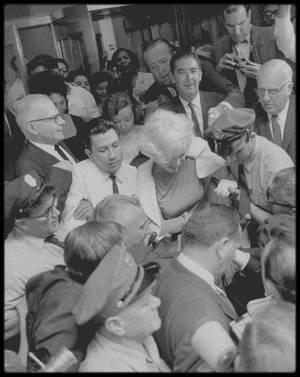 """29 Juin 1961 / Ce jour là, accompagnée de Joe DiMAGGIO et de May REIS, Marilyn fut hospitalisée au """"Manhattan Polyclinic Hospital""""  à New York, où les médecins diagnostiquèrent une angiocholite (inflammation des voies biliaires), cause de ses douleurs chroniques et de ses indigestions, et qui la conduisaient à augmenter les doses de barbituriques. Le jeudi 29 juin, elle fut opérée de la vésicule biliaire. A son réveil, Joe DiMAGGIO était à son chevet. Durant son séjour à l'hôpital, il vint la voir tous les jours. Puis des problèmes familiaux le rappelèrent à San Francisco d'où il partit ensuite à l'étranger pour affaires. Marilyn resta en contact permanent avec lui. Le mardi 11 juillet, Marilyn quitta l'hôpital et à sa sortie elle fut assaillie par une foule de deux cents admirateurs, journalistes et  photographes. Son ami Ralph ROBERTS ainsi que son agent John SPRINGER étaient également présents. Elle se reposa dans son appartement New-Yorkais, du 444 East 57th Street."""