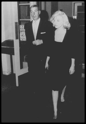 """Mars 1961 / Joe emmena Marilyn en Floride pour se reposer, dans la station balnéaire tranquille de """"North Redington beach"""" ; ils logèrent dans deux chambres différentes, au """"Tides Motor Inn Hotel""""."""