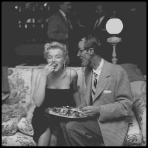 """Mars 1956 / Photos Earl LEAF /  """"Bus stop"""" était le premier film de Marilyn en Cinémascope et elle en profita pour donner plus de relief à son rôle : elle devrait convaincre qu'elle était différente; c'était aussi le premier projet qu'elle avait approuvé, il fallait donc que ce soit un succès. Courant mars, il y eut une « press party », pour le tournage de « Bus stop » dans la maison de North Beverly Glen Boulevard, ainsi qu'une soirée  donnée par le magazine """"Look""""."""