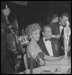 """26 Janvier 1952 / Marilyn est conviée à l'Hotel """"Del Mar"""", à Santa Monica, afin de recevoir le prix """"Henrietta Awards"""", la récompensant en tant que """"meilleure jeune personnalité du box-office 1951"""" / Le prix lui est remis des mains de Lex BARKER et d'Arlene DAHL."""