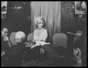 """17 Mars 1959 / Marilyn se rend à Chicago afin de promouvoir le film """"Some like it hot"""", où un déjeuner est offert à l'""""Ambassador East Hotel"""" ; en outre, Marilyn se montra charmante envers les journalistes. (photos Manfred Linus KREINER)."""