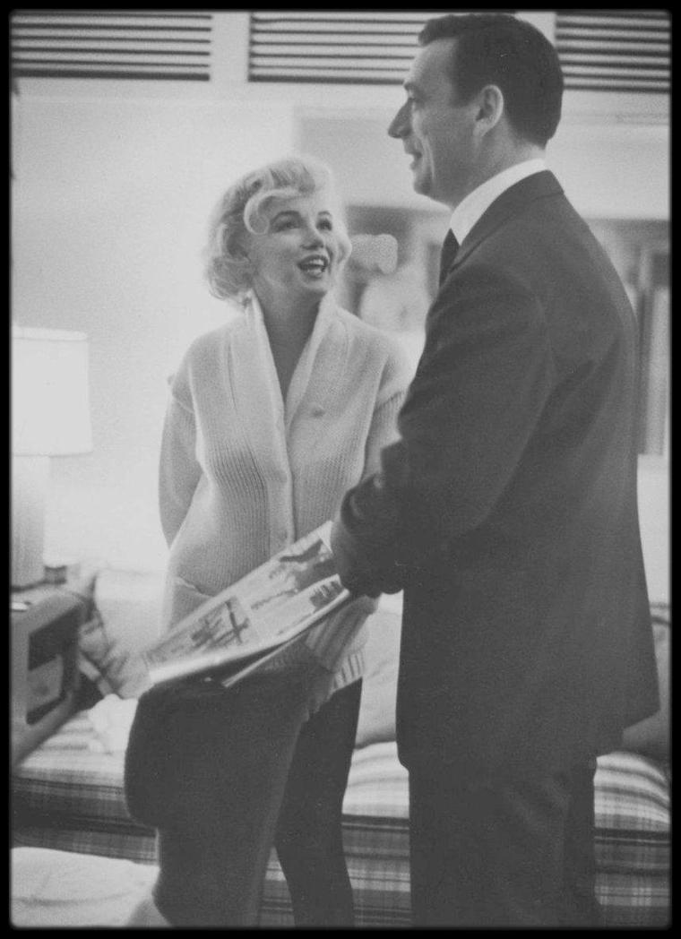 """1960 / MONTAND et Marilyn lors du tournage du film """"Let's make love"""" (photos John BRYSON) / A PROPOS / Ce film, dont la traduction du titre en français est une interprétation édulcorée du titre américain (« Faisons l'amour » ou « Flirtons »), a été surnommé par certains « The movie whose title Marilyn MONROE and Yves MONTAND took too seriously » (Le film dont Marilyn MONROE et Yves MONTAND ont pris le titre trop au sérieux) en raison de l'aventure amoureuse qu'ils ont vécue à cette époque pendant quelques semaines. Simone SIGNORET, mariée avec Yves MONTAND dès 1951, l'a confirmé et a même commenté qu'elle regrettait que Marilyn n'ait jamais su qu'elle ne lui en avait jamais voulu. Marilyn et Yves MONTAND ont séjourné dans les Bungalows 20 et 21 du """"Beverly Hills Hotel"""" pendant le tournage."""