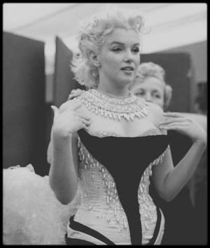 """30 Mars 1955 / En cet après-midi, Marilyn se rend à une séance d'habillage chez """"Brook's costume"""" à New-York, pour essayer et ajuster la tenue qu'elle portera le soir même, lors du gala de charité organisé par Mike TODD et le cirque """"Ringling Brothers Circus"""" au """"Madison Square Garden"""", au profit de la Fondation pour l'arthrose et les affections rhumatismales. Elle fit une entrée triomphale vêtue d'un collant très sexy brodé de paillettes et de plumes, sur le dos d'un éléphant peint en  rose, nommé Karnaudi, devant 18 000 personnes. (part II). Les photographes Milton GREENE ou encore Ed FEINGERSH immortaliseront le moment."""