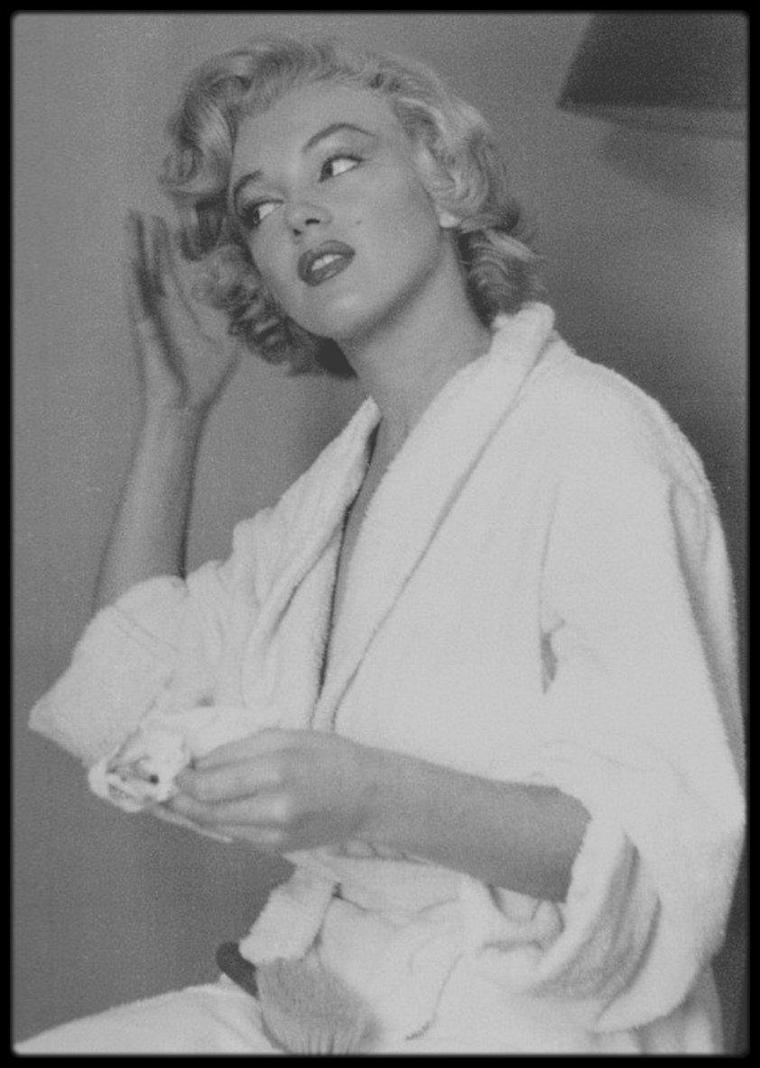 """1952 / Marilyn dans sa chambre d'hôtel à Ontario alors qu'elle tourne le film """"Niagara"""" (d'ailleurs elle lit le script du film sur les photos), sous l'objectif de Jock CARROLL."""
