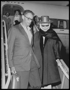"""5 Septembre 1960 / C'est au bras d'Arthur, bien qu'en instance de divorce, que Marilyn est de retour à Réno, afin de terminer le film """"The misfits"""" ; en effet, pour cause de surmenage et de fatigue (dû aux médicaments, à la chaleur de la ville et du désert l'entourant, à son divorce d'avec MILLER), Marilyn avait dû se faire hospitaliser dans une clinique de Los-Angeles. La foule était là, malgré sa tenue de """"camouflage"""" et le secret de la date de son retour, pour l'accueillir et lui dire combien elle manquait sur le tournage ; l'équipe du film l'attendait impatiemment !"""
