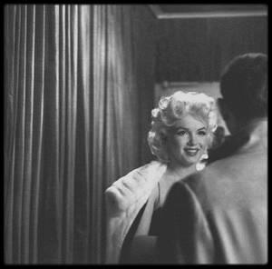 """24 Mars 1955 / Marilyn accompagnée par Milton GREENE se rend à la Première de la pièce de Tennesse WILLIAMS, """"Cat on hot tin roof"""" (La chatte sur un toit brûlant), adaptée par Elia KAZAN, avec dans les rôles principaux, Ben GAZZARA et Barbara BEL GEDDES, au """"Morosco Theater"""". (photos signées Ed FEINGERSH). Ils dîneront ensuite au restaurant """"El Morocco"""" où Marilyn fera un petit somme avant de passer à table."""