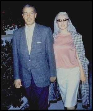 """Mars 1961 / Marilyn rejoint Joe DiMAGGIO en Floride, afin de se reposer ; il l'emmène dans la station balnéaire discrète de North Redington beach ; ils logeront au """"Tides motor inn"""", dans deux chambres séparées. Le séjour durera jusqu'au 2 avril, voir article plus loin dans le blog. (réel tee-shirt de marque PUCCI, la marque affectionnée de Marilyn depuis 1961 jusqu'à sa mort)."""