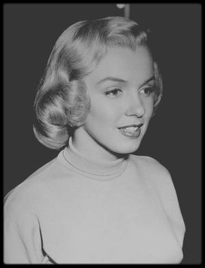 """1950 / Photos candides prisent lors du tournage du film """"Home town story"""", sorti en 1951, où Marilyn n'apparaît que quelques minutes, dans un rôle de secrétaire. A l'époque où Marilyn souhaitait à tout prix obtenir un rôle, Johnny HYDE lui en décrocha un dans un film de propagande pour l'industrie américaine financée par la """"General Motors"""". Le film fut repris par la MGM, et Marilyn y incarna une secrétaire du nom de Miss Iris MARTIN. Elle portait sa propre robe en jersey, qu'elle arborait déjà dans « The fireball » (1950) et dans « All about Eve » (1950). Arthur PIERSON, scénariste, producteur et metteur en scène du film, avait déjà dirigé Marilyn dans « Dangerous years » (1947), son premier film."""