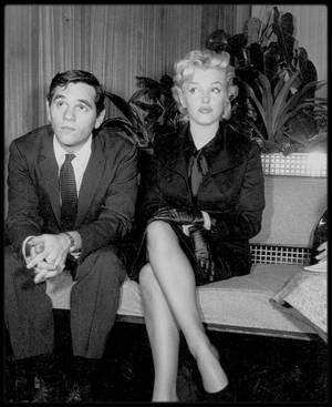 """27 Février 1956 / (part III) Marilyn de retour à Hollywood se trouve assaillie par une horde de journalistes et de fans, la bloquant à l'aéroport, où une interview est donnée avec Milton GREENE, en vue du tournage du film """"Bus stop""""."""