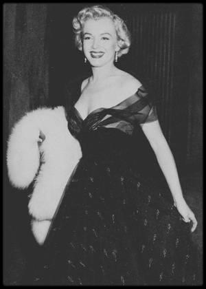 1951 / Marilyn avant la cérémonie des Oscars portant une superbe robe de tulle noir (voir article ci-dessous) (photos John FLOREA).