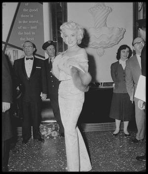 """9 Mars 1955 / (part II) C'est accompagnée de Milton GREENE que Marilyn se rend à la Première de """"East of eden""""."""