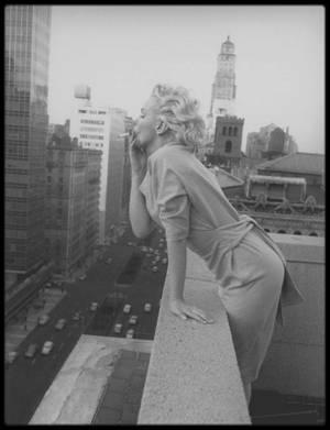 """1955 / Pause cigarette sur la terrasse de l'""""Ambassador Hôtel"""", admirant la vue sur Manhattan, sous l'objectif du photographe Ed FEINGERSH."""