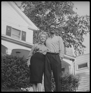 """29 Juin 1956 / Arthur et Marilyn partirent pour South Salem.N'ayant toujours pas de décision de la Commission, ils étaient très tendus. Cette journée fut tragique par le décès de la journaliste Mara SCHERBATOFF, chef du bureau new-yorkais de """"Paris-Match"""". Les journalistes avaient poursuivi Arthur MILLER et Marilyn en voiture ; ceux-ci devaient aller déjeuner tranquillement avec les parents de MILLER chez le cousin d'Arthur, Morton MILLER, à quelques kilomètres de là. Les journalistes eurent vent du déjeuner familial chez MORTON. La voiture des futurs époux MILLER (une Oldsmobile verte) était conduite par Morton MILLER, qui avait accéléré pour échapper aux poursuivants. La voiture de la journaliste accéléra aussi, mais ne connaissant pas la route, avait percuté un arbre. La journaliste, projetée contre le pare-brise avait été grièvement blessée et avait été transportée au """"New Milford Hospital"""". La conférence de presse ne fut pas retardée pour autant et ce fut Milton GREENE, arrivé de Weston, qui les annonça à la presse. A 16 heures, devant la maison d'Arthur, à Roxbury (Old Tophet Road) dans le Connecticut, Arthur et Marilyn annoncèrent leur  mariage civil. Milton GREENE était également présent ; c'est après la conférence de presse qu'ils apprirent le décès de Mara SCHERBATOFF que Marilyn considéra comme un mauvais présage."""
