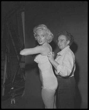 1953 / Séance habillage en vue d'une session photographique avec Nick DE MORGOLI.