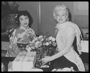 1954 / 1er Février, Marilyn, joe et Frank O'DOUL 'ami et manager de base-ball de DiMAGGIO) arrivent à Tokyo ; quelques photos candides du couple au Japon, lors de divers visites et autres évènements dans le pays.