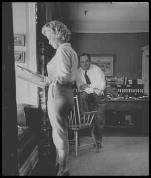 """1er Septembre 1951 / Marilyn dans le bureau du producteur Jerry WALD, lors de négociations pour un rôle dans le film """"Clash by night"""". (photos Bob LANDRY)."""