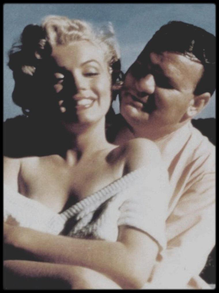 """1952 / Rares candides de Marilyn alors qu'elle tourne le film """"Niagara"""" à Ontario. (Photos de Robert F SLATZER. / A PROPOS DE SLATZER / Marilyn a t-elle été assassinée ? C'est essentiellement pour répondre à ces questions que Robert F. SLATZER a écrit ce livre. Il avait rencontré Marilyn en 1946. Il était journaliste. Elle était starlette. Pendant 16 ans, il furent amis, amants, complices et même, l'espace d'un week-end au Mexique, mari et femme. Pour tenter de percer le mystère de la mort de Marilyn, Robert F. SLATZER a mené une enquête minutieuse pendant 10 ans. Ce qu'il a découvert autour de la mort de Marilyn pourrait faire la substance d'un roman noir : personnages puissants intervenants dans l'ombre, policiers corrompus, témoins achetés ou disparus. Mais tout cela est VRAI. L'enquête de Robert F.SLATZER remonte bien au-delà d'août 1962. Car c'était aussi un des amis les plus intimes de Marilyn. A travers lui on découvre un être extraordinairement fascinant, pitoyable, mégalomane, une Marilyn MONROE qui a été assassinée parce ce qu'elle a voulu vivre une impossible chimère. Un roman d'amour avec un des hommes les plus puissants des Etas-Unis. / Robert.F.SLATZER est un mythomane dont le cas relève de la psychiatrie. Il rencontra Marilyn pour la première fois en 1952 sur le tournage de """"Niagara"""" et exhiba les quelques photos prises ce jour là (où on le voit dans les bras de Marilyn ) ( à noter : Marilyn était très charmante avec ses admirateurs et ne refusait jamais de se laisser prendre en photo), donc exhiba partout dans le monde ses deux photos, témoignage de sa rencontre comme unique preuve à leur soi-disant histoire d'amour. Leur mariage ? (l'anecdote faisait d'ailleurs bien rire sa propre femme selon Donald SPOTO) Faux, il a été prouvé que Marilyn n'était pas au Mexique ce week-end là. Leur amitié ? Faux : personne jamais dans l'entourage de Marilyn n'a jamais entendu parler de Robert F.SLATZER, jamais aucun répertoire téléphonique de Marilyn n'a mentionné """