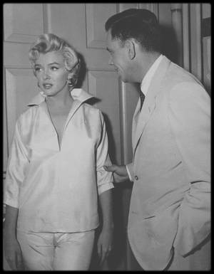 "1954 / Marilyn, Billy WILDER et Tom EWELL lors des répétitions d'une scène du film ""The seven year itch""."