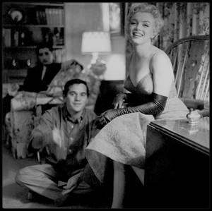 """8 Février 1956 / Après une session photos avec Gene LESTER et Milton GREENE ainsi que James COLLINS, Marilyn se rend à la Première de la pièce de théâtre """"Middle of the night"""", au """"Anta theater"""" de New-York"""", pièce de Joshua LOGAN, qui la dirigera la même année dans """"Bus stop""""."""