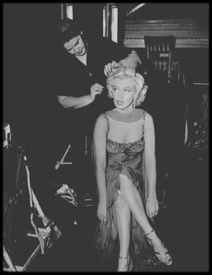 """1953 / Marilyn et Jane RUSSELL lors du tournage du film """"Gentlemen prefer blondes""""."""