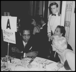 """12 Décembre 1955 / (part II) C'est au bras de Marlon BRANDO que Marilyn se rend à la Première du film """"The rose tattoo"""" ; après la projection du film, les célébrités se rendent à une soirée tenue au """"Sheraton Astor Hotel"""", dans le but de récolter des fonds pour """"l'Actors Studio"""" (100 000 dollars seront obtenus), lors d'un dîner et d'une soirée dansante où les reporters sont nombreux. Marilyn est escortée par Marlon BRANDO, avec qui elle vit alors une aventure amoureusement secrète à cette période. Parmi les invités, se trouvent Lee, Paula et Susan STRASBERG, le couple ROSTEN, Arthur JACOBS, Jayne MANSFIELD, l'écrivain Bill DENBY et sa soeur Dorothy et Arthur MILLER, qui sera photographiée publiquement pour la première fois au côté de Marilyn."""