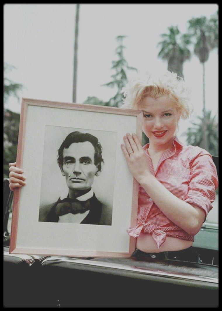 1954 / Trois clichés de Milton GREENE, Marilyn posant dans sa cadillac (offerte par Jack BENNY en remerciement de sa participation lors d'un show T.V., voir article dans le blog) avec un portrait d'Abraham LINCOLN (homme qu'elle admirait énormément, et dans ses pensées les plus folles, elle se plaisait à dire que c'était son père de substitution).