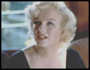"""8 Juillet 1958 / (part II) Marilyn lors de la conférence de presse au """"Beverly-Hills Hotel"""" annonçant le début du tournage de """"Some like it hot"""", rencontre l'équipe du film et l'un de ses partenaires, entre autres, Tony CURTIS ; Le plus célèbre film de Marilyn s'inspire du film allemand « Fanfaren der liebe » (1932), dans lequel deux musiciens se travestissent pour trouver du travail. Billy WILDER et I.A.L.DIAMOND transposèrent l'action à Chicago, en 1929, et firent des musiciens de jazz Joe (Tony CURTIS) et Jerry (Jack LEMMON) les témoins accidentels du « massacre de la Saint Valentin ».  Les deux hommes prennent leurs jambes à leur cou et, afin d'être acceptés dans un orchestre féminin partant pour la Floride, se déguisent en Joséphine et en Daphné. Ils se lient avec Sugar Kane (Marilyn), la chanteuse du groupe, dont Joe tombe amoureux. Il en résulte une comédie enlevée sur le travestisme, où parodie et farce abolissent la frontière entre les sexes.  WILDER envoya un court synopsis de ce film à Marilyn fin 1957. Ayant mis un terme à sa collaboration avec Milton GREENE dans les """"Marilyn MONROE Productions"""", Marilyn cherchait quelque chose à faire, et le scénario piqua sa curiosité. On raconte que WILDER fut surpris que Marilyn veuille jouer un rôle périphérique par rapport à l'action principale; on dit qu'elle éprouvait des réticences à jouer un nouveau rôle de blonde idiote, un rôle de second plan, qui plus est, mais Arthur MILLER la persuada que c'était le succès assuré, et elle en avait besoin après l'accueil plutôt tiède fait à « The Prince and the showgirl » (1957).  Au départ Marilyn s'attendait à travailler avec Frank SINATRA, que WILDER avait contacté pour jouer le rôle tenu par Tony CURTIS. Apparemment WILDER changea d'avis après que SINATRA eut omis de se présenter à un déjeuner. Avec Marilyn à bord, il n'avait pas besoin d'un nom aussi connu (et aussi cher).  Marilyn devait toucher 100 000 $ et 10 % de la recette - mais selon certains témoignages, son ca"""