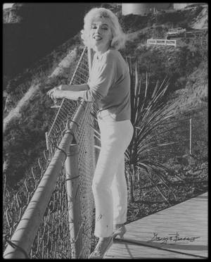 """29-30 Juin 1962 / Marilyn sous l'objectif de George BARRIS, qui fut l'un des derniers photographes à prendre la star en photos ; cette série de photos a été faite sur la terrasse de la maison de  Walter """"Tim"""" LEIMERT, située 1506 Blue Jay Way, North Hollywood Hills."""