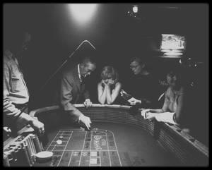 """16 Octobre 1960 / (Photos Eve ARNOLD) """"The misfits"""" étant bouclé, John HUSTON emmène toute l'équipe du film, sans omettre Arthur MILLER, se détendre dans un des casinos de Reno, Nevada, alors capitale du jeu. Il initie Marilyn au lancement de dés au craps."""