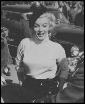 """8 Février 1954 / Lors de sa visite au Japon, pour son tour de chants aux G.I.'s en Corée, Marilyn visite la base aérienne """"Brady Air, camp Akata"""", à Fukuoka."""