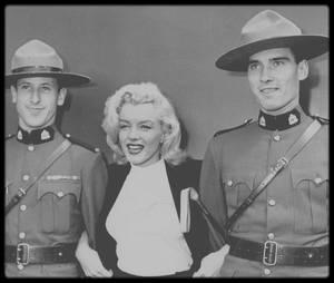 """25 Juillet 1953 / Marilyn se rend à Seattle prendre l'avion en direction du Canada, afin de tourner les extérieurs du film """"River of no return"""" : Elle fait une escale à Vancouver et visite """"Stanley park"""" avant de se rendre à Jasper."""