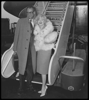 """2 Novembre 1959 / Marilyn et Arthur quittent New-York pour Los-Angeles, où Marilyn doit tourner le film """"Let's make love"""" avec MONTAND sous la direction de George CUKOR."""
