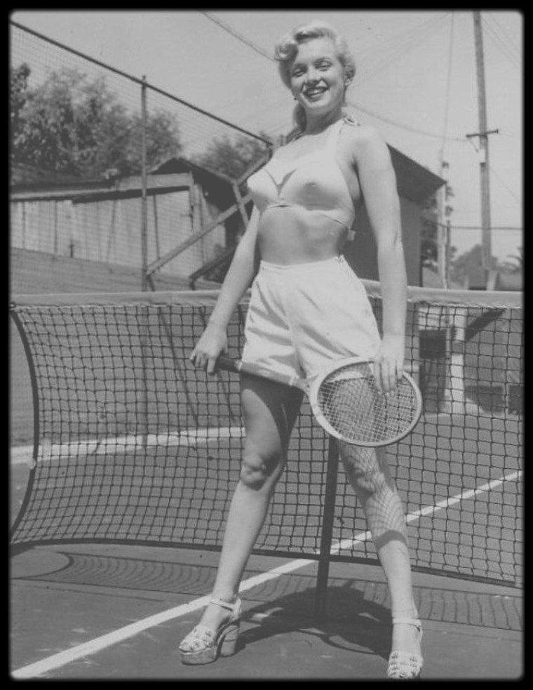 "1948 / Young Marilyn sur le court de tennis du ""Town House Hotel"" de Los-Angeles."